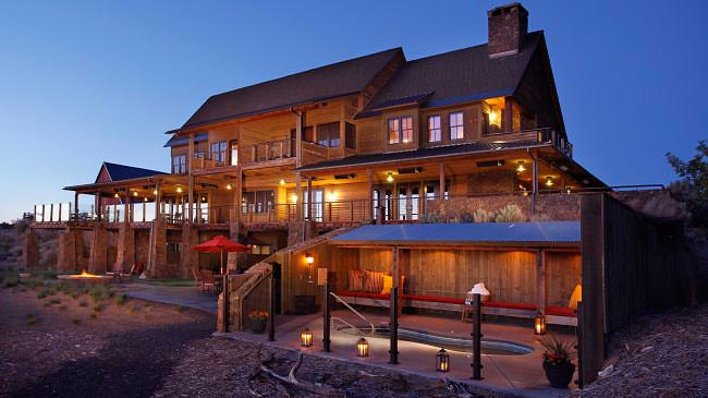bend-hotel-luxury-suites-the-ranch-house-exterior-and-private-hot-tub
